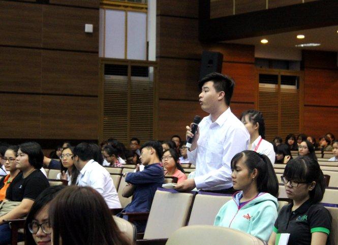 Sinh viên đặt câu hỏi về cách sử dụng ưu thế công nghệ trong kinh doanh - Ảnh: Mạnh Khang