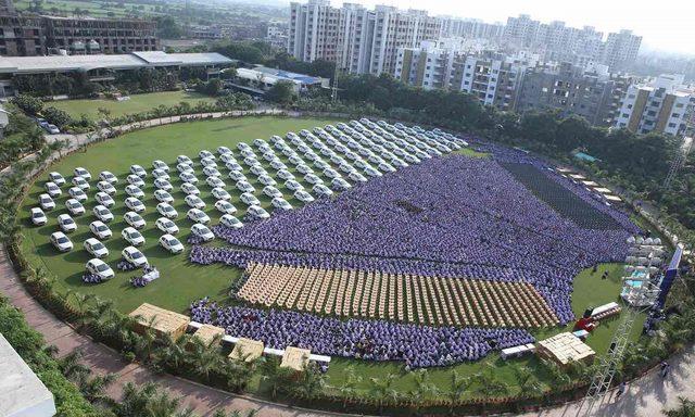 Triệu phú Ấn Độ tặng xe hơi, căn hộ cho 1.200 nhân viên - 2