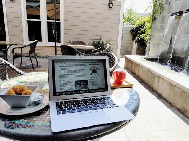Livingston dành 10 giờ một tuần làm việc trên trang blog của mình