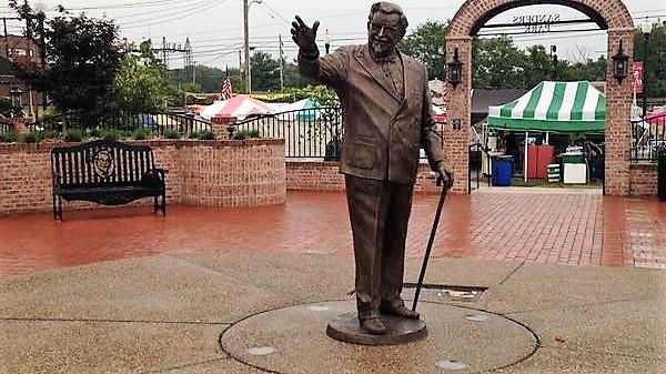 Tượng đại tá Harland Sanders tại Corbin, Kentucky