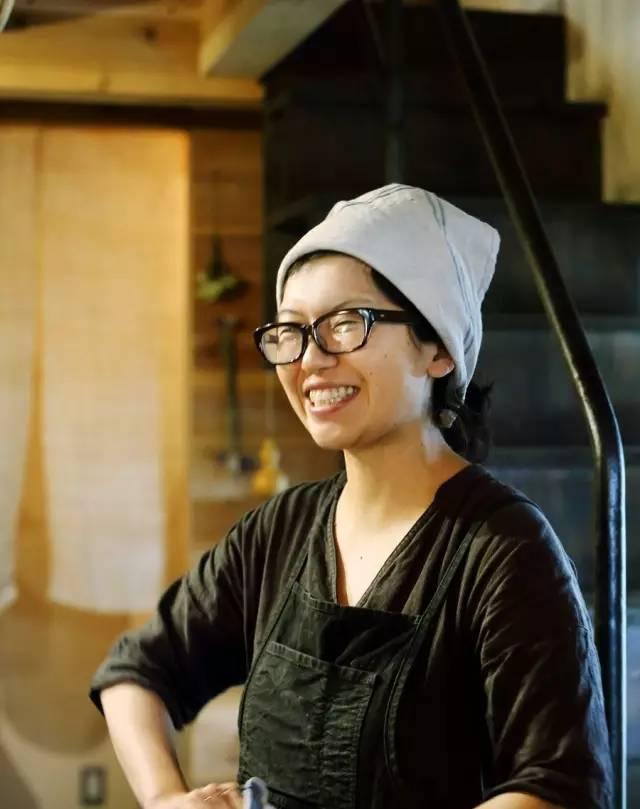 Cô Hirata dậy sớm, tự tay làm bánh mì để bán cho khách (Ảnh: Sina)