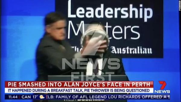 Bị úp nguyên một chiếc bánh kem vào mặt khi đang phát biểu, cách trả lời truyền thông sau đó của vị CEO này khiến ai cũng bất ngờ
