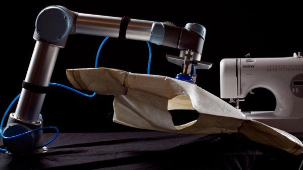 Robot đã lần đầu may trọn vẹn được một chiếc áo mà không cần con người giúp đỡ