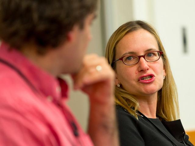 Tuy nhiên mọi thứ không nằm trong dự tính của Marissa Mayer khi các khoản doanh thu năm của Yahoo vẫn liên tục giảm, khiến cô gặp sức ép vô cùng lớn từ các nhà đầu tư. Mayer dần đánh mất những cánh tay phải như CMO Kathy Savitt hay CDO Jackie Reses, khi họ phản đối quyết định chi tới 3 tỷ đô la để mua những công ty mới thành lập như Tumblr hay Polyvore - mà không ai trong số đó ghi nhận khả năng tăng trưởng đáng chú ý.
