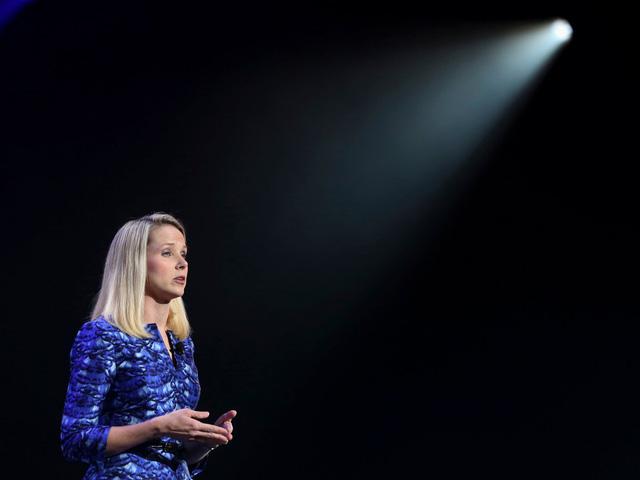 Vào năm 2016, Eric Jackson, một nhà quản lý quỹ đầu cơ, thậm chí đã gửi một trang trình bày dài 99 trang giải thích tại sao Yahoo cần quản lý mới. Ông đề nghị cắt giảm đáng kể quy mô của công ty vứt bỏ các mảng kinh doanh kém lời như tìm kiếm. Nhiều nhà đầu tư sau đó cũng đã gửi thư yêu cầu công ty thay đổi trong khâu quản lý, hội đồng quản trị và chiến lược kinh doanh. Những tin đồn Yahoo sắp bán mình bắt đầu rộ lên.